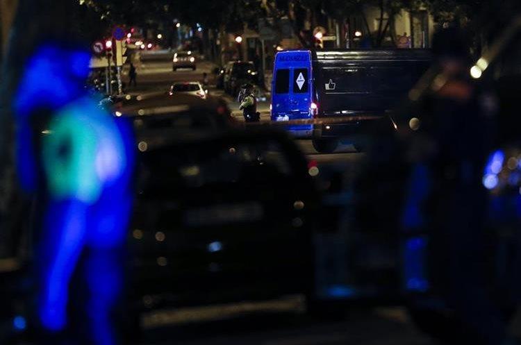 Vehículos de la policía acordonan el área cercana a la basílica de la Sagrada Familia de Barcelona, que fue evacuada temporalmente. (EFE).