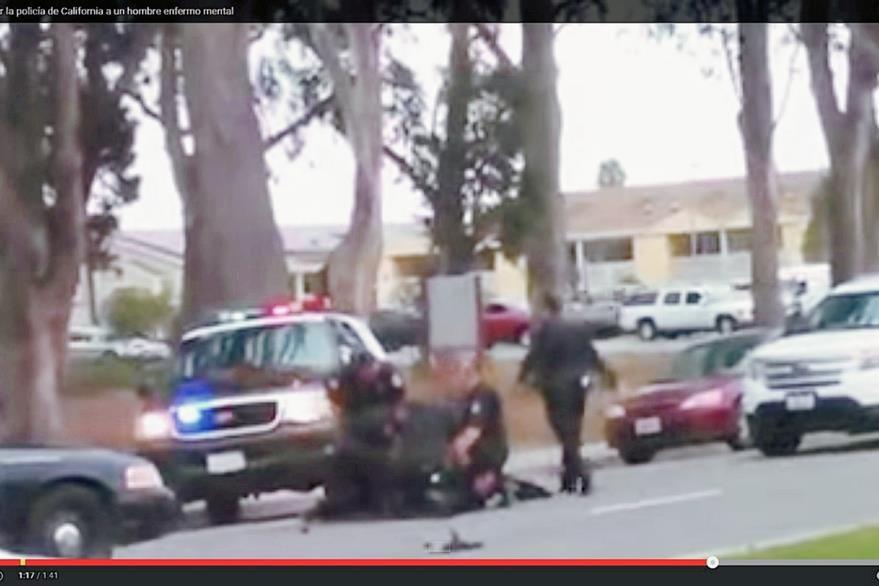 En el video se puede observar a varios policías cuando golpean al hombre que ya parece rendido en el suelo. (YouTube).