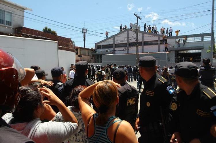 Familiares llegaron afuera del correccional para saber cómo se encontraban sus parientes. (Foto Prensa Libre: Estuardo Paredes)