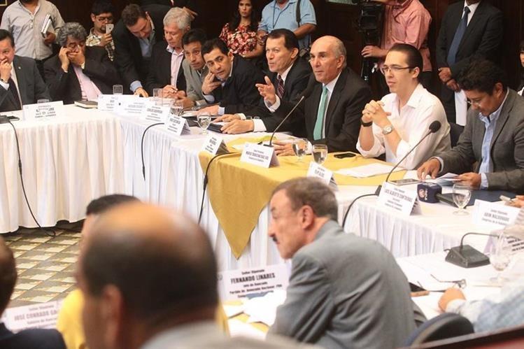Jefes de bloques legislativos discuten supuesta enmienda que promueve que eliminación del secreto bancario aplique solo a cuentas abiertas luego de aprobada la ley. (Foto Prensa Libre: Alvaro Interiano)