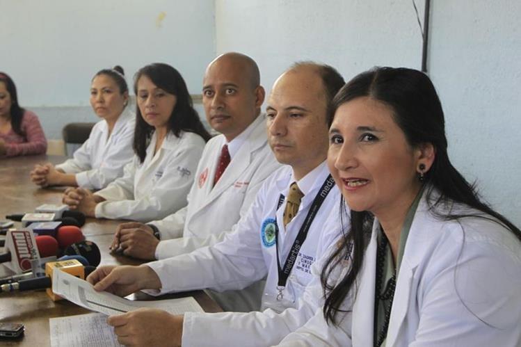 Médicos que integran la Junta Directiva del Hospital Roosevelt continúan con el cierre de la consulta externa debido a la falta de medicamentos. (Foto Prensa Libre: Edwin Bercián)