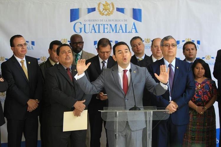 El presidente Morales explica la necesidad de acudir a la CIDH y que la presencia militar será permanente. (Foto Prensa Libre: Esbin García)