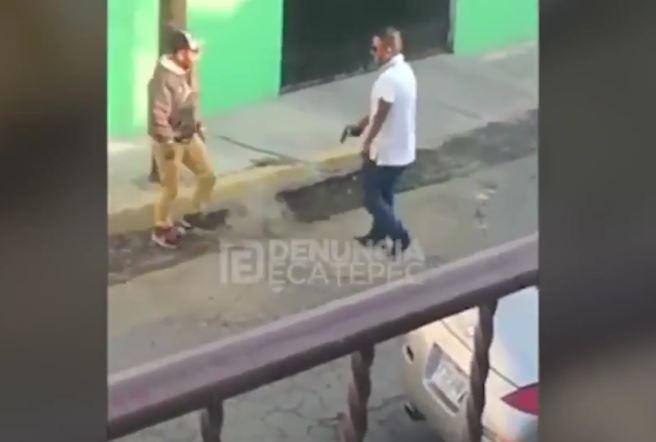 El piloto del vehículo deportivo disparó en dos ocasiones en contra de los tres hombres que lo ayudaron, en Ecapetec. (Foto Prensa Libre: YouTube)