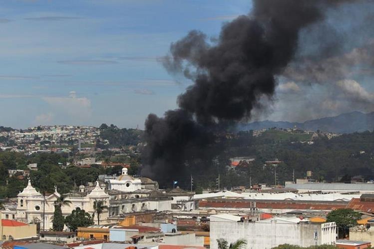 El incendio comenzó en un camión estacionado en un predio de vehículos en la zona 1. (Foto Prensa Libre: Esbin García)