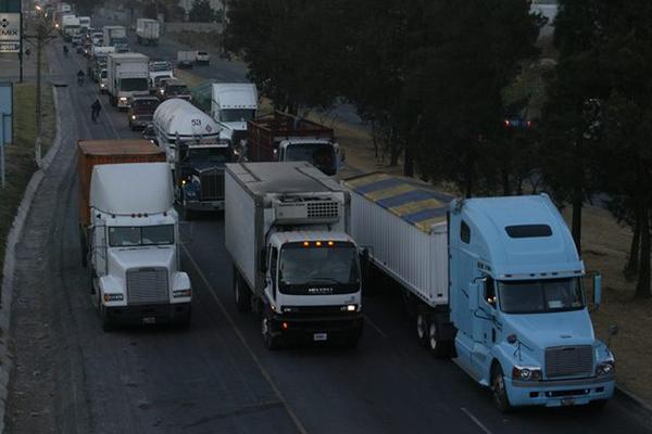 En la  SAT  hay registrados    338 mil 711 vehículos que usan diésel, el 12.4% del total del parque vehicular. (Foto Prensa Libre: Hemeroteca PL).