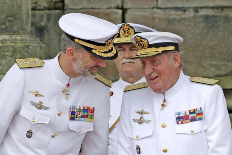 El Rey Felipe VI y su padre, el rey emérito Juan Carlos I durante un evento oficial. (Foto Prensa Libre: EFE)