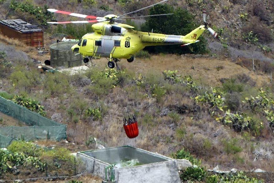 Aeronaves ayudan a sofocar incendio forestal en Canarias, España. (EFE)