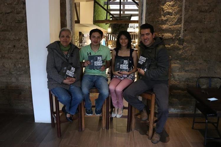 Los quetzaltecos María Elena Marroquín, Marlon Martínez, Ángela Sacalxot y Donald Urizar muestran el libro que presentaran el próximo sábado.(Foto Prensa Libre: María José Longo)