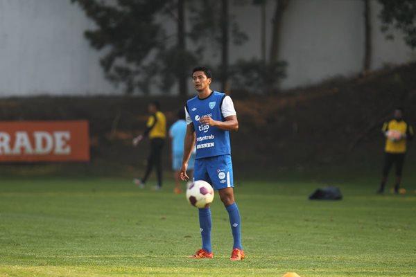 Luis Cardona controla el esférico en la práctica de este viernes de la Bicolor, en el Proyecto Goal (Foto Prensa Libre: Carlos Vicente)