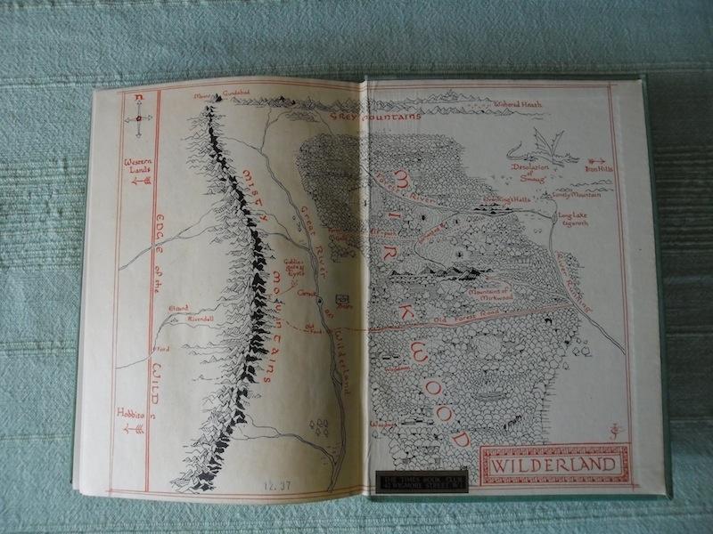 El libro contiene mapas. (Foto Prensa Libre: Tolkien Library)