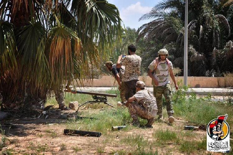 Soldados progubernamentales atacan posiciones del Estado Islámico en Sirte, Libia. (Foto Prensa Libre: AFP)