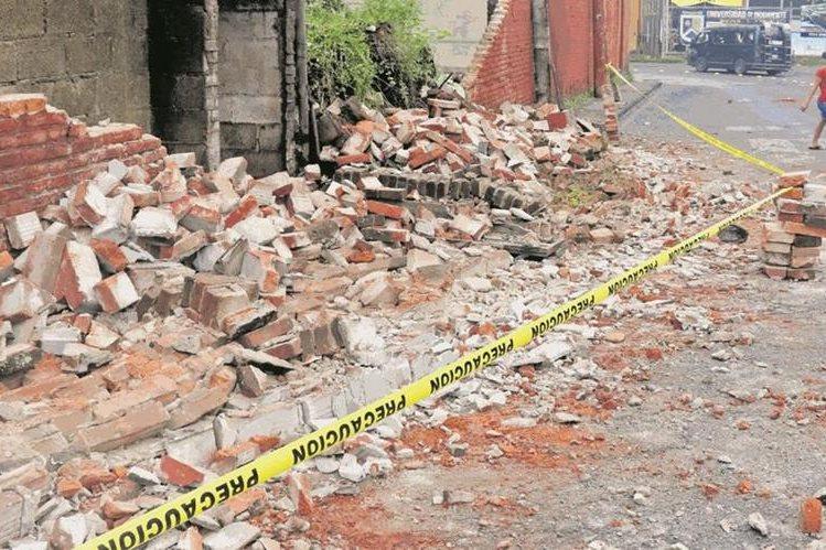 La pared de una vivienda se desplomó a causa del sismo del miércoles último, en la 6 calle entre 8 y 9 avenidas de la zona 1 de Retalhuleu. Foto Prensa Libre: Rolando Miranda.