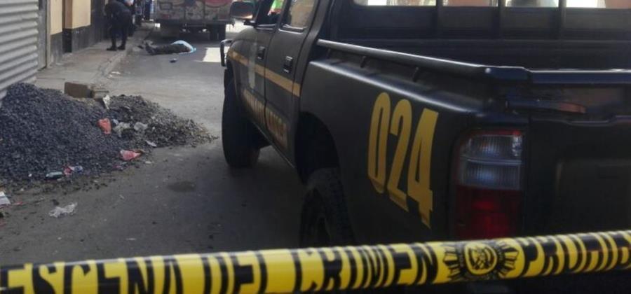 El cadáver de la víctima quedó a un costado del camión que custodiaba en la cabecera de Chimaltenango. (Foto Prensa Libre: Víctor Chamalé).