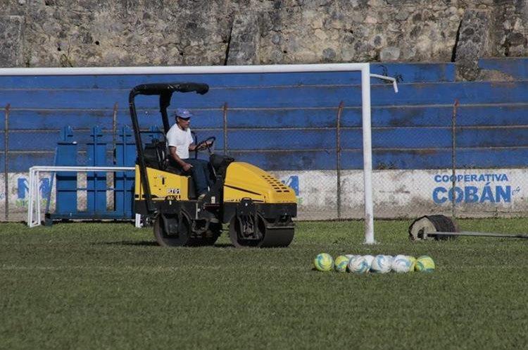 La gramilla del estadio Verapaz lucirá sus mejores galas este miércoles por la noche para el juego Cobán Imperial - Antigua GFC. (Foto Prensa Libre: Eduardo Sam)
