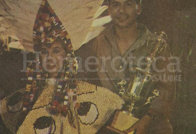 Helka Cuevas aparece con Manuel del Cid y su reconocimiento como segundo traje típico en Miss Universo 1989. (Foto: Hemeroteca PL)