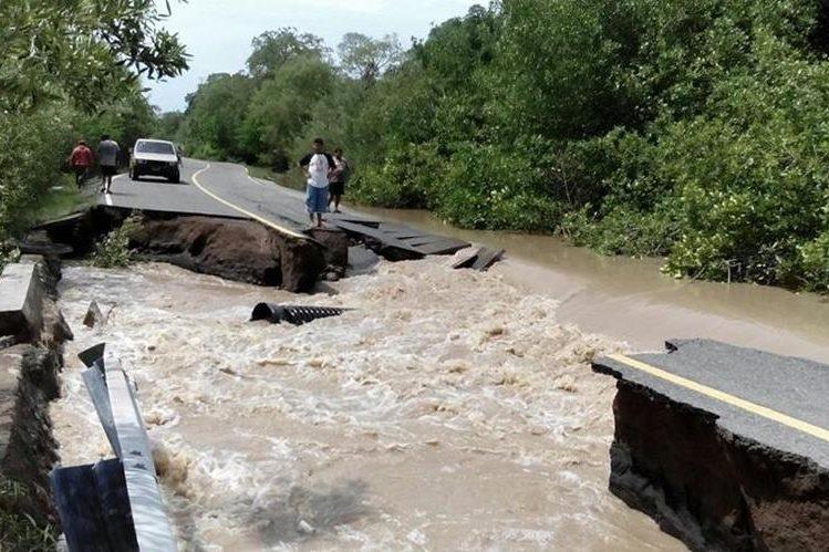 Trecho de unos 50 metros de longitud se hundió ha causa de las correntadas de la noche del lunes. (Foto Prensa Libre: Oswaldo Cardona)