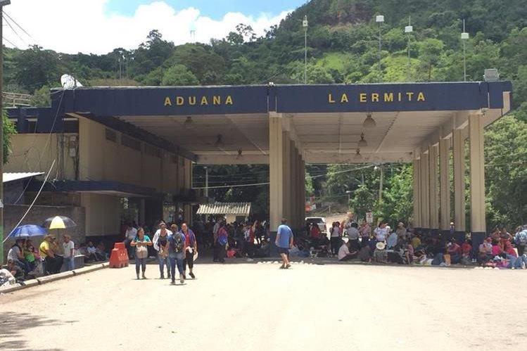 Maestros bloquean la Frontera La Ermita en el municipio de Concepción Las Minas, Chiquimula, adyacente a El Salvador. (Foto Prensa Libre: Mario Morales)