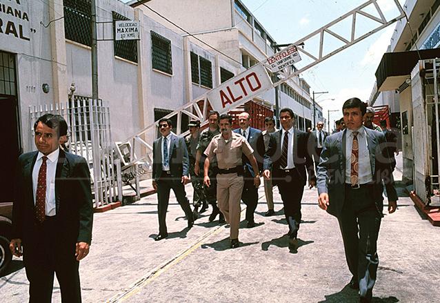 Jorge Serrano Elías sale de Casa Presidencial el 1 de junio de 1993 acompañado de militares. (Foto: Hemeroteca PL)