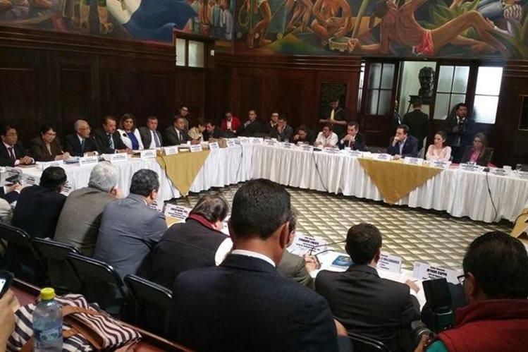 Jefes de bloques se reunieron con magistrados del Tribunal Supremo Electoral que pidieron la aprobación de las reformas. (Foto Prensa Libre: Jessica Gramajo)