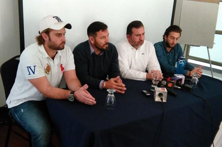Roberto Arzú y Rolando Fonseca durante la conferencia al prensa de este lunes. (Foto Prensa Libre: Francisco Sánchez).