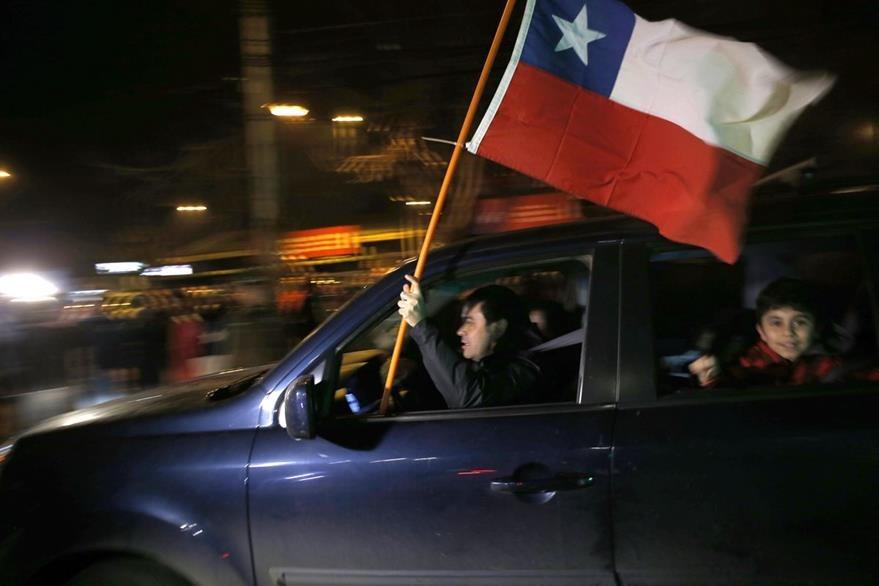 Chilenos recorren calles al celebrar muerte de represor Manuel Contreras. (Foto Prensa Libre: AFP)