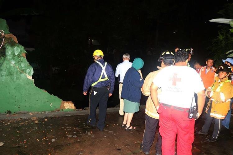 Socorristas de Cruz Roja y Bomberos Voluntarios llegaron como prevención ante la alerta por el colapso de la pared del museo. Foto Prensa Libre: Rolando Miranda.