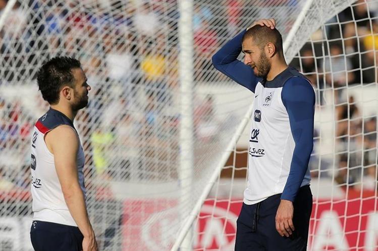 Mathieu Valbuena y Karim Benzema durante una de las prácticas de la selección francesa durante la Copa de Mundo de Brasil, 2014. (Foto Prensa Libre: Hemeroteca PL)