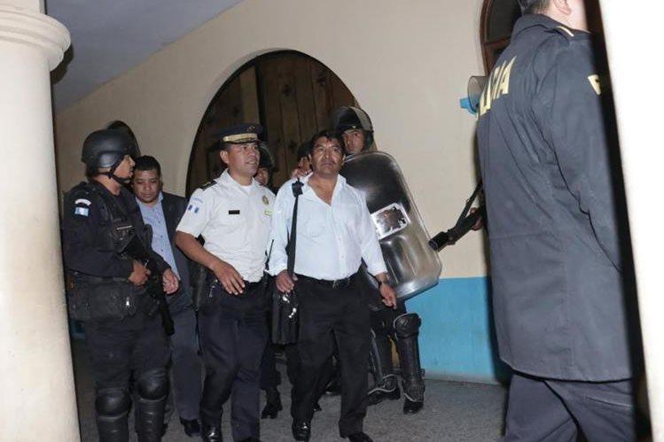 El alcalde de El Tejar, Juan José Cua, tuvo que salir custodiado por la PNC para evitar cualquier incidente. (Foto Prensa Libre: Víctor Chamalé)