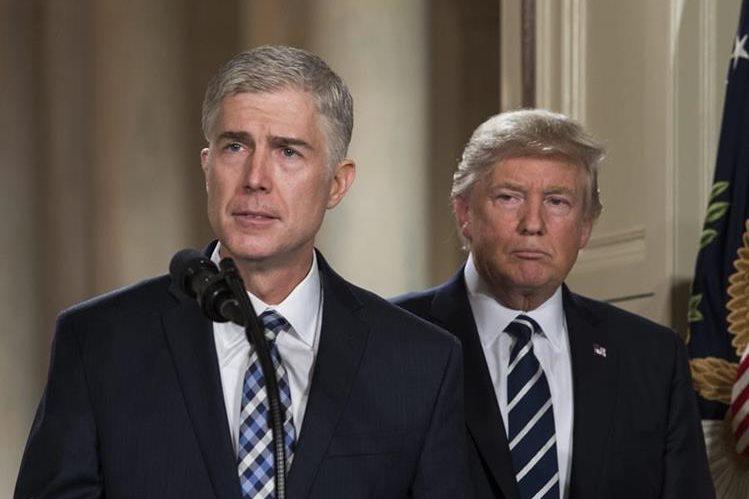 El juez Neil Gorsuch (en primer plano), nominado de Trump (atrás), para magistrado de la Corte Suprema. (Foto Prensa Libre: AP).
