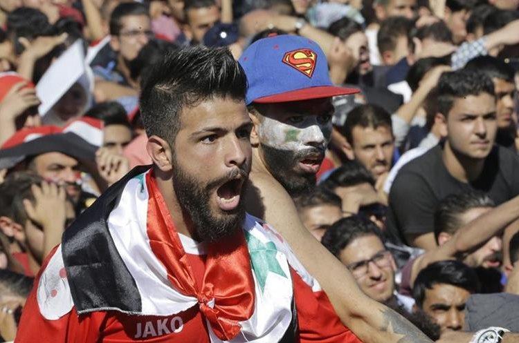 Los aficionados de Siria vivieron con intensidad el partido de vuelta de la serie, los australianos ganaron 2-1, 1-1 en la ida y con global de 3-2 (Foto Prensa Libre: AFP).