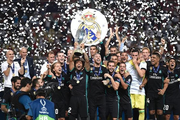Los jugadores del Real Madrid festejan después de haber conquistado la Supercopa de Europa. (Foto Prensa Libre: AFP)