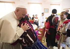El Papa abraza a una mujer indígena en Chiapas. (Foto Prensa Libre: EFE).
