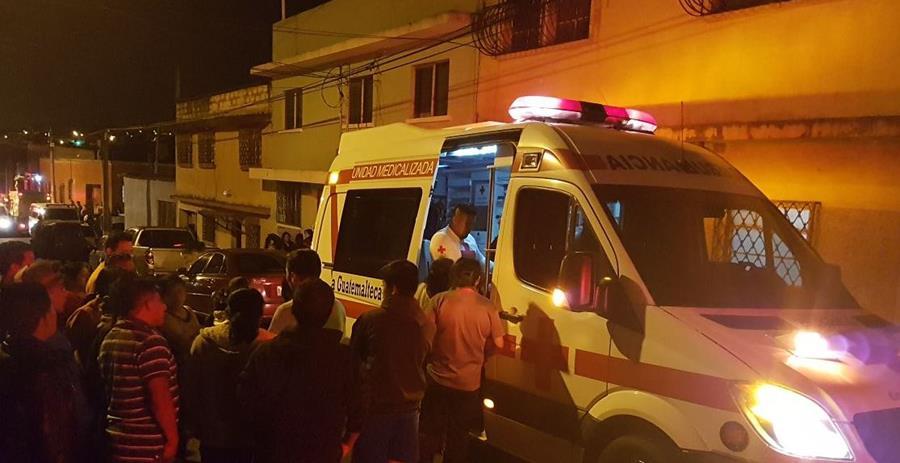 Atienden a otra persona son heridas leves por derrumbe en zona 6. (Foto Prensa Libre: Cruz Roja de Guatemala)
