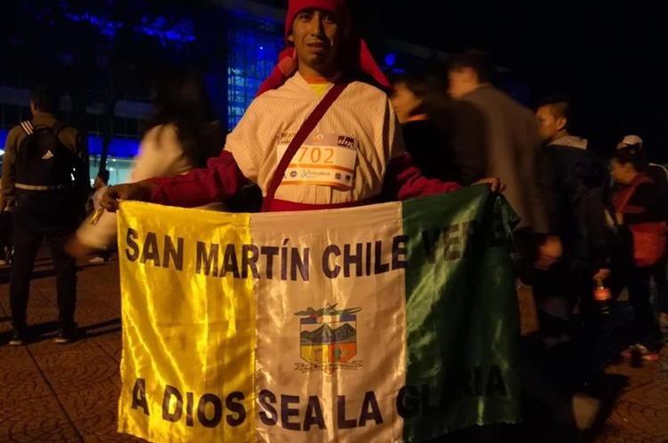 Hermes Vázquez corrió con mucho orgullo portando su traje típico. (Foto Prensa Libre: Raúl Juárez)