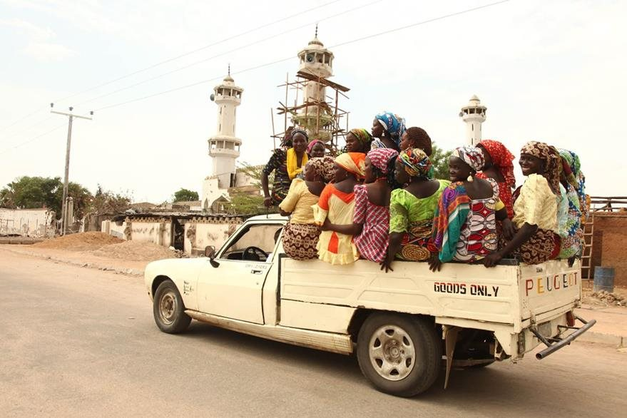 Mujeres retornan a Mararaba, Nigeria, luego de que la localidad fue liberada. (Foto Prensa Libre: AFP)
