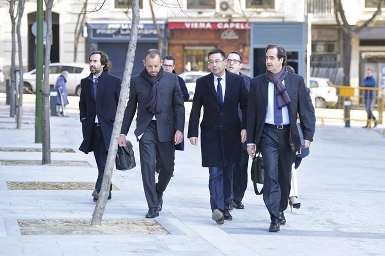 El expresidente Sandro Rosell, y el presidente actual Josep Maria Bartomeu e Ignacio Mestre, director general del equipo catalán, llegan a la corte general de España. (Foto Prensa Libre: AFP)
