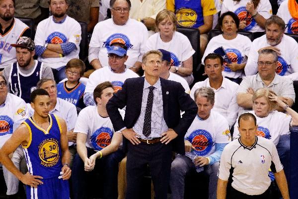 Steve Kerr confía que su equipo no será eliminado en la final de Conferencia. (Foto Prensa Libre: AFP)