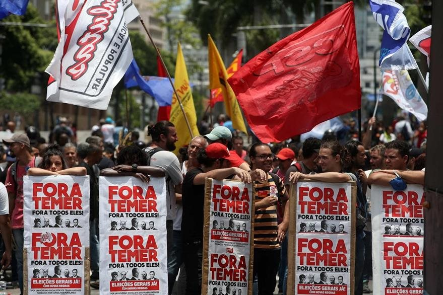 Un grupo de personas participa en una nueva manifestación en contra de políticas económicas de Michel Temer. (Foto Prensa Libre: EFE).