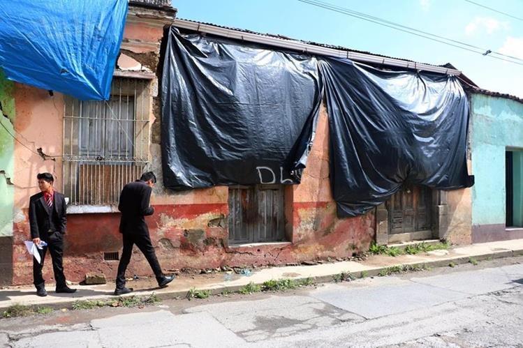 Transeúntes temen que las viviendas colapsen en cualquier momento y causen una tragedia. (Foto Prensa Libre: Carlos Ventura)