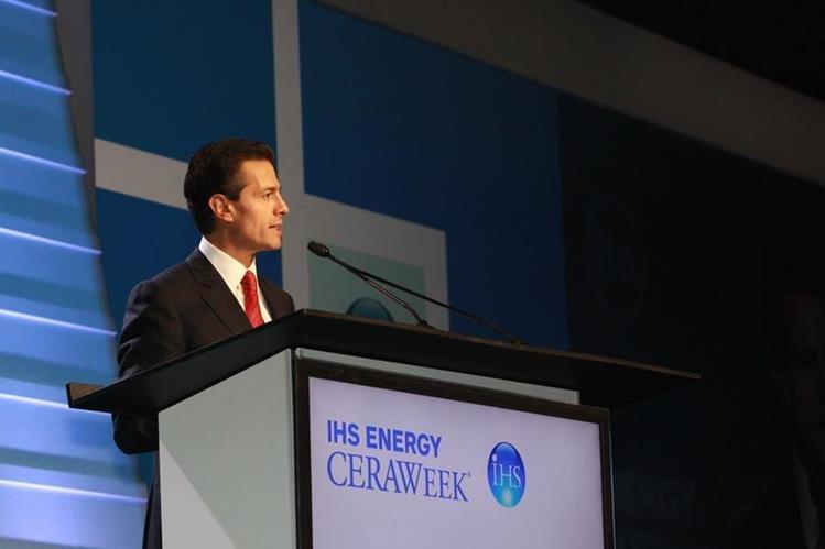 El presidente Enrique Peña Nieto anunció ayer que la medida de importar combustibles se adelantó a abril. (Foto Prensa Libre: agencia EFE).