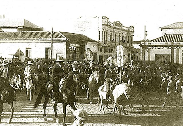 El día de su cumpleaños, 10 de noviembre, era fiesta nacional, desfiles y hasta una feria se organizaban en honor del tirano. (Foto: Hemeroteca PL)