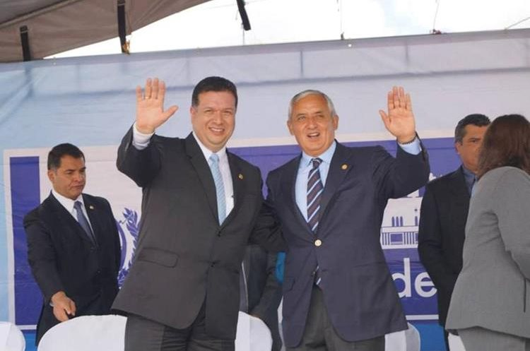 El exalcalde Jorge Barrientos junto a Otto Pérez Molina, expresidente, durante las celebraciones de independencia en el 2014. (Foto Prensa Libre: Municipalidad de Xela)