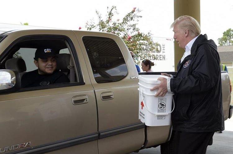 Donald Trump ayuda a entregar donativos a damnificados por paso de Tormenta Harvey en Pearland, Texas.