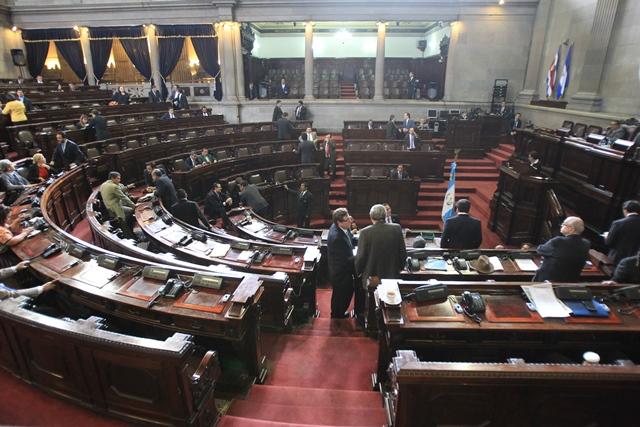 Solo 73 diputados asistieron este martes al hemiciclo. (Foto Prensa Libre: Esbin García)