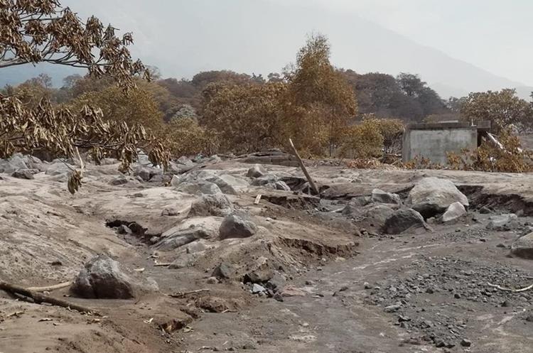 Luego de la lluvia durante la semana se corrió mucho material volcánico y se empezaron a ver rocas de gran tamaño. (Foto, Prensa Libre: Carlos Paredes).