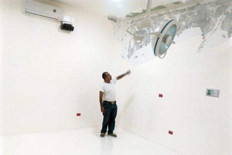 Salubrista Muestra pared de uno de los quirófanos del hospital de Chiquimula; tiene daños, a pesar de que la obra no ha sido concluida.