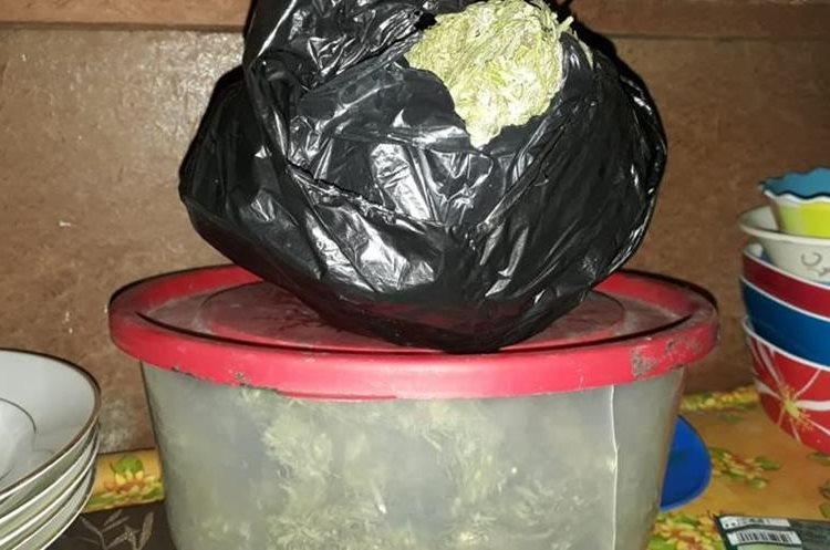 Fuerzas de seguridad decomisan marihuana durante allanamientos en la capital.  (Foto Prensa Libre: Estuardo Paredes)