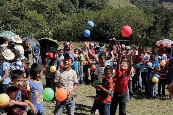 """<p>Niños de la aldea Cimientos Cala recibieron sencillos juguetes. (Foto Prensa Libre: Carlos Grave)<br _mce_bogus=""""1""""></p>"""