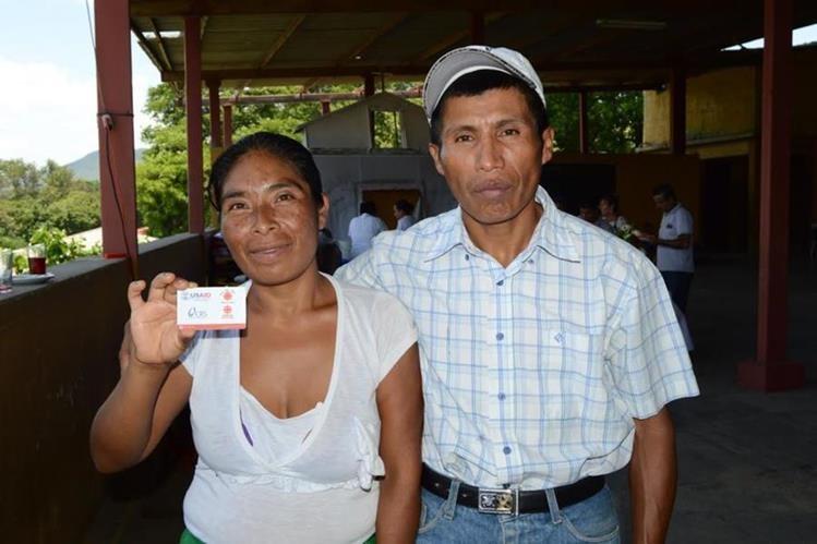 Dos de los beneficiados con el programa de entrega de alimentos. (Foto Prensa Libre: Víctor Gómez).