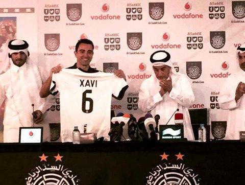 Xavi muestra la camisola que utilizará en el Al-Sadd. (Foto Prensa Libre: Redes Sociales)